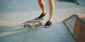 Почему скейт едет криво